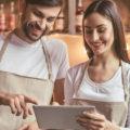 すかいらーく・ガスト、全店舗でマニュアルを共有化。業務変化の対応や人員の教育に活用