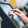 タッチスクリーンとは?仕組みや店舗での活用事例を紹介します